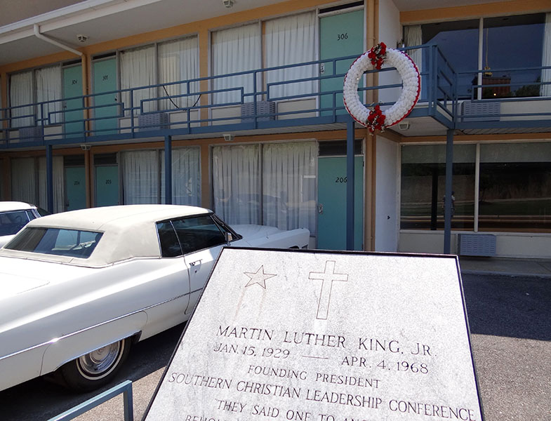 Exterior_of_Lorraine_Motel_with_Plaque_and_Wreath_Commemorating_Assassination_of_Martin_Luther_King_-_National_Civil_Rights_Museum_-_Downtown_Memphis_-_Tennessee