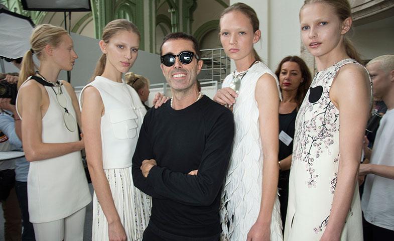 El diseñador, junto a sus modelos antes de presentar sus propuestas para P/V 2015 en París. @ Cordon Press