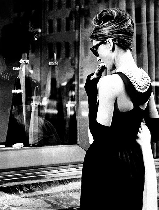 El LBD que Audrey luce en 'Desayuno con diamantes' es uno de los vestidos más célebres de la historia del cine y también está firmado por Givenchy. © Cordon Press