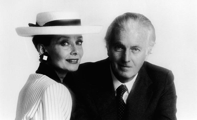 Audrey Hepburn y Hubert de Givenchy posan juntos en 1985. © Getty Images