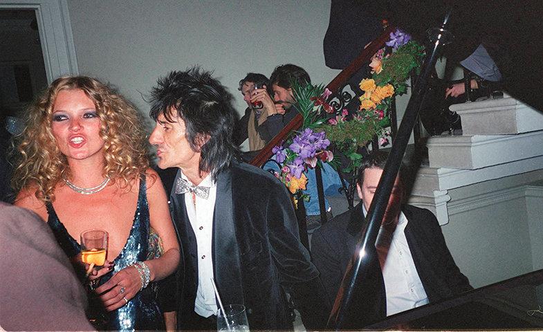 Junto a Ronnie Wood en la ya mítica fiesta de celebración de su 30 cumpleaños.  © Cordon Press