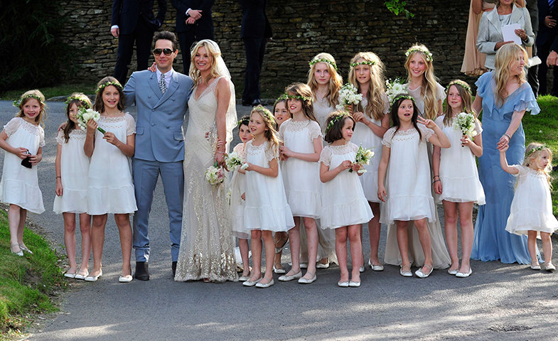Kate Moss (de John Galliano) y Jamie Hince felices y radiantes el día de su boda.  © Cordon Press