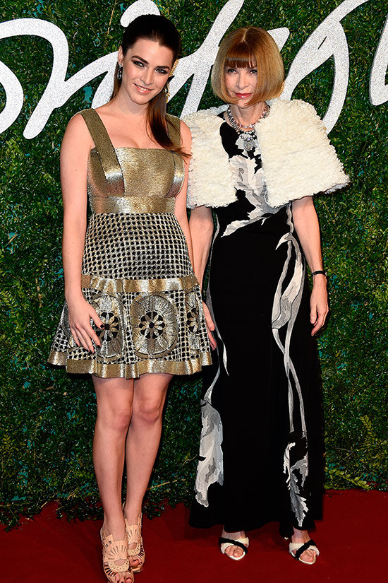 Anna Wintour vestida de Galliano para Maison Martin Margiela junto a su hija, Bee Shaffer.   © Getty Images