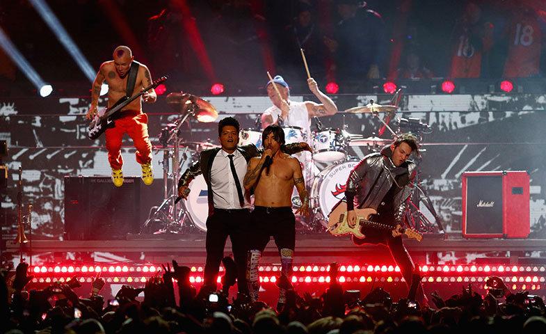 Bruno Mars y Red Hot Chilli Peppers en el intermedio de la Super Bowl 2014.   © Gettyimages