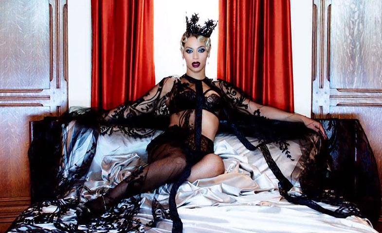 Beyoncé en una escena del videoclip de 'Hunted', una de las canciones de la B.S.O. de la película. © YouTube