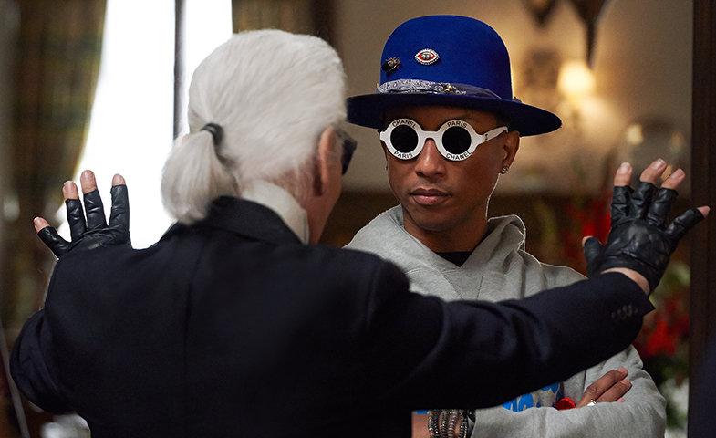 "Lagerfeld dando órdenes a Pharrell durante el rodaje de ""Reincarnation"".  © Chanel"