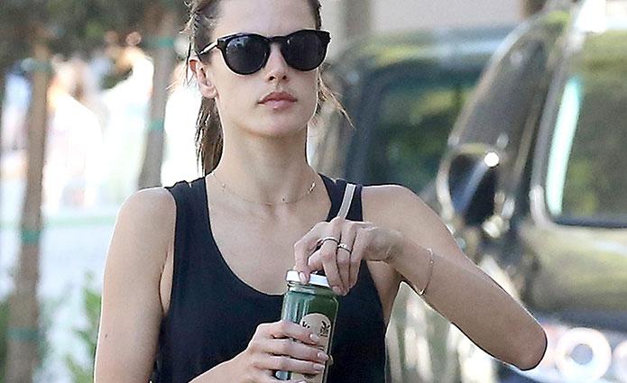 La modelo Alessandra Ambrosio, no sin mi zumo verde. Foto: Cordon Press.