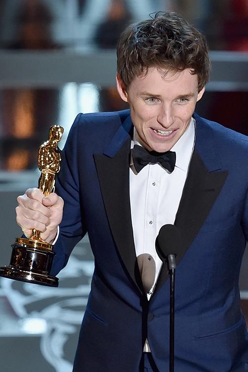 Eddie Redmayne recogiendo su Oscar por su interpretación de Stephen Hopkins en 'La teoría del todo'. © Getty Images