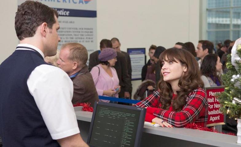 No, no intentes camelarte al azafato del mostrador minutos antes de que el avión despegue... no te servirá de nada. @Fotograma de New Girl
