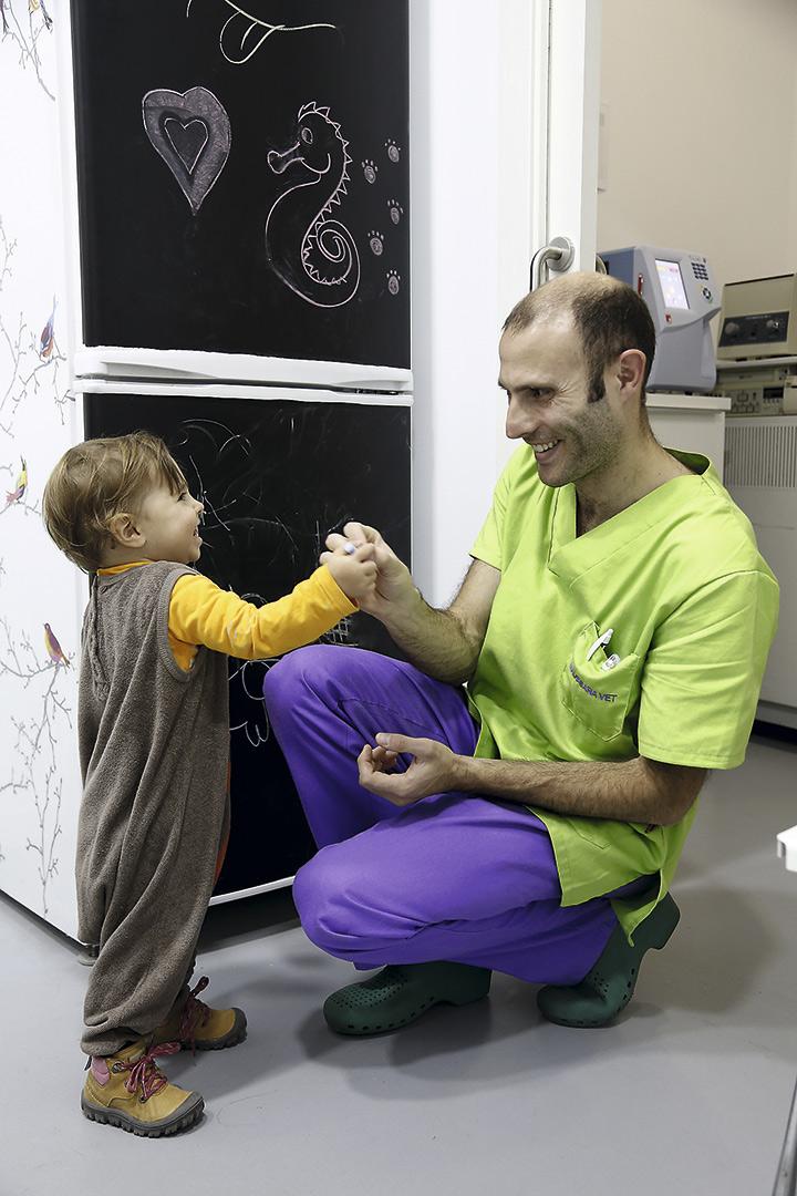 Nora y Héctor, juegos en la clínica de papá. © Luis Rubio y Adolfo Callejo