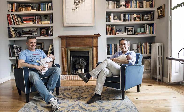 """Pedro y Joaquín disfrutan de su paternidad. """"Eric y Alba son dos bebés buenísimos"""", afirman. © Luis Rubio y Adolfo Callejo"""