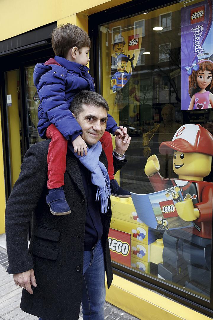 Para Ricardo y Rodrigo, pasar por su tienda favorita es una aventura... © Luis Rubio y Adolfo Callejo