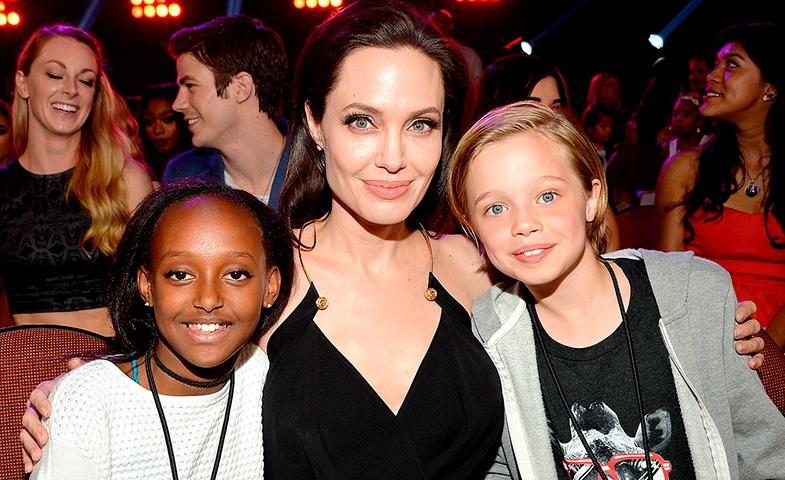 Angelina Jolie, posando orgullosa con sus dos acompañantes a la gala.
