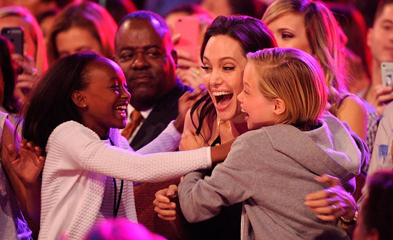 Zahara, Angelina y Shiloh celebrando el premio de Jolie a Mejor villana. © Cordon Press