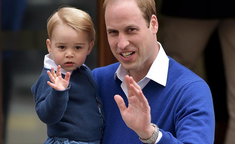El Príncipe Jorge saluda a las cámaras a su llegada al hospital. © Cordon Press