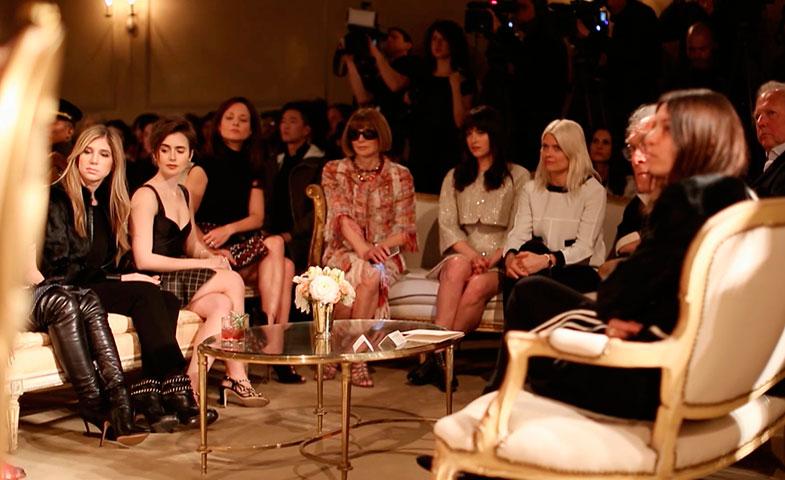 ¿Quién es esa rubia que se sienta a la izquierda de Dakota Johnson -al lado de Anna Wintour- en el último desfile de Chanel en Nueva York? El puesto de honor está reservado a una de las mujeres más influyentes de la industria: Kate Young.