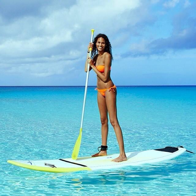 El paddle surf ya es un deporte más en muchas playas del mundo... pero ¿y si probamos a hacer pilates sobre la tabla y disfrutamos de las vistas? © Victoria's Secret Sport