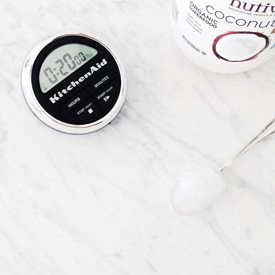Lo que necesitas: un cronómetro y aceite de coco © The Theory NYC