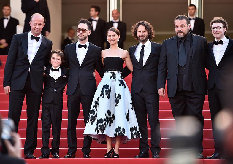 Natalie Portman, rodeada por el equipo de 'A tale of love and darkness', vestida de Dior. © Gary Pinagot / Dior