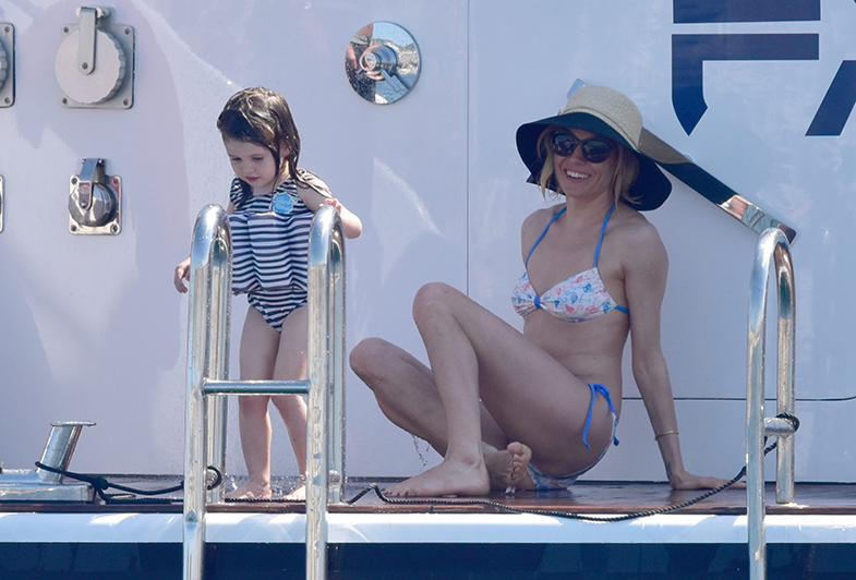 Sienna Miller y su hija Marlowe disfrutando del verano en alta mar. © Cordon Press