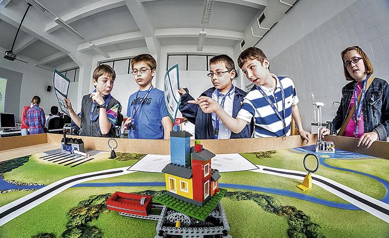 Unos niños en el Palacio de La Bouza viven la Experiencia LEGO.