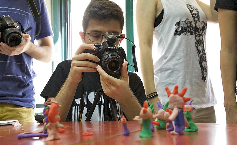 Un asistente al Cinema Camp rodando un Stop Motion con figurines de plastelina.