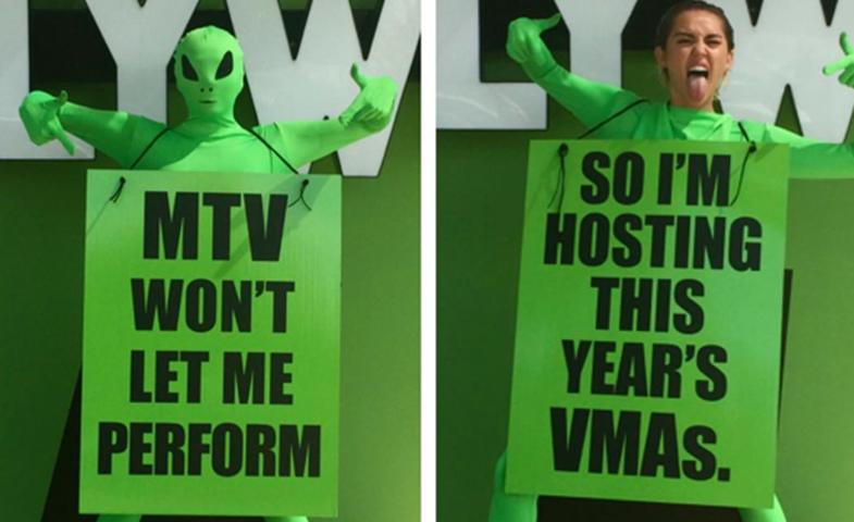 Se ha vestido de alien para anunciar que presentará la gala. © IG / @miley