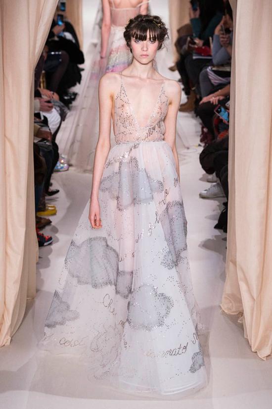 Al parecer, la novia lució un vestido que podría ser ese, también de Valentino  Alta Costura. © Mondadori Photo