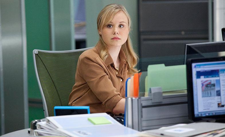 Maggie Jordan, en 'The Newsroom' es primero becaria y después contratada. Lamentablemente esto pasa solo en las películas y la televisión.