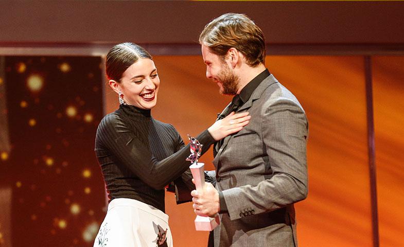 María recibió´el premio de manos de Daniel Bruhl. © Getty Images