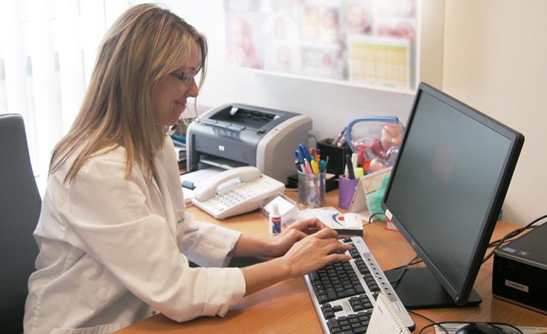La Dra. Jessica Marqués en su consulta de ginecología.
