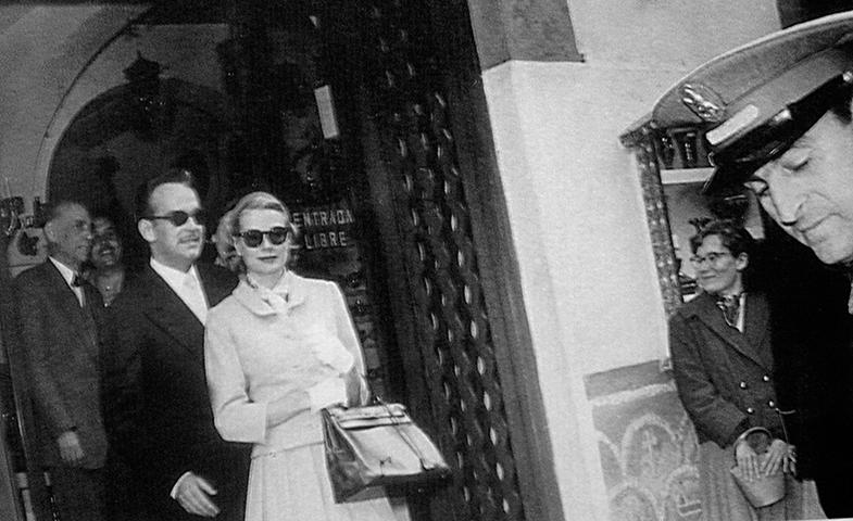 Grace Kelly con el bolso de Hermès al que después daría nombre. © Cordon Press