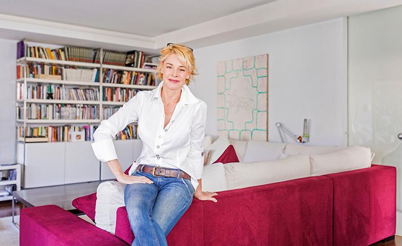 El blanco, color que preside el salón de Belén, multiplica la luz natural que entra por los ventanales. Con su toque rosa, el amplio sofá reivindica su protagonismo.