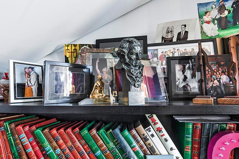 Álbumes de fotos y recuerdos de su carrera profesional… ¡Goya incluido!
