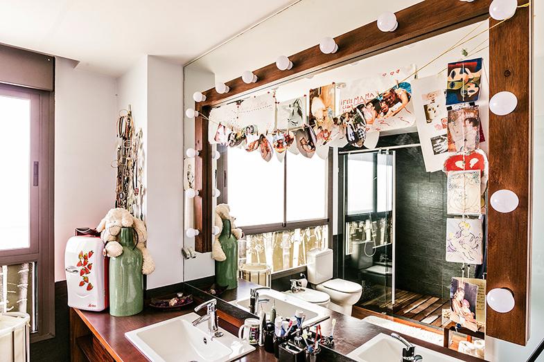 """El baño, presidido por un espejo """"muy teatral"""", con fotos de las hijas de la actriz."""