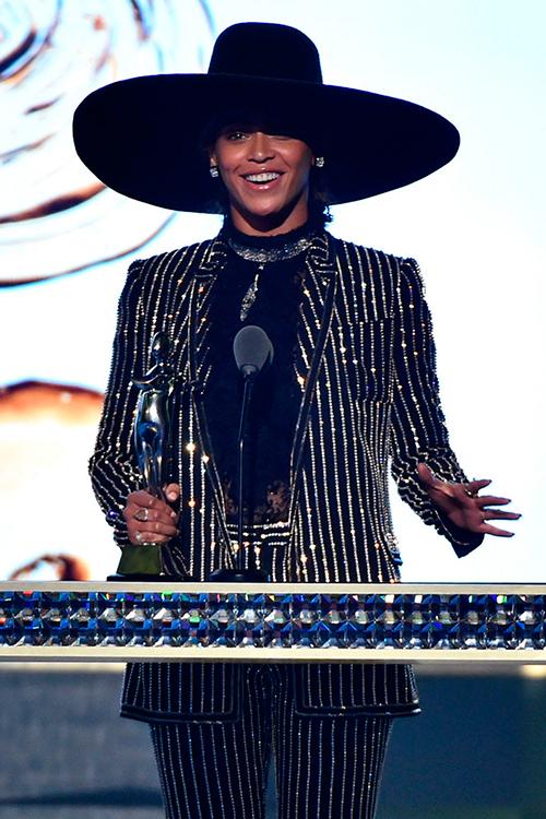 Beyoncé aprovechó sus minutos sobre el escenario para lanzar un mensaje al mundo general (y a la industria de la moda en particular).