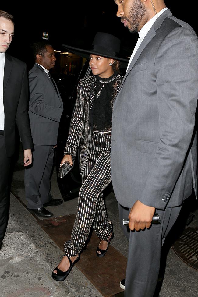 Betoncé, con sombrero de ala ancha y esmoquin de Givenchy, a su llegada a la entrega de premios. © Cordon Press