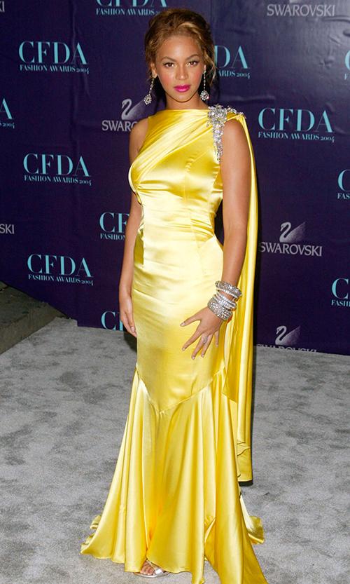 Beyoncé en los CFDA en 2004, con uno de los vestidos que diseñó su madre para ella.