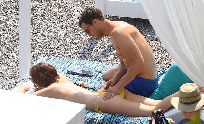 ¿Tu marido metiendo mano a su compañera de reparto a cambio de unos días en la Costa Azul? Pues sí, firmamos. © Cordon Press