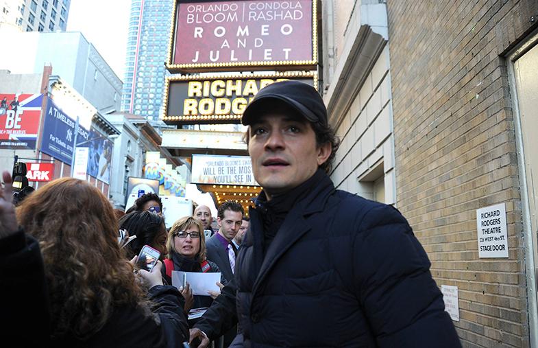 Orlando Bloom atiende a sus fans a la salida del teatro. © Cordon Press