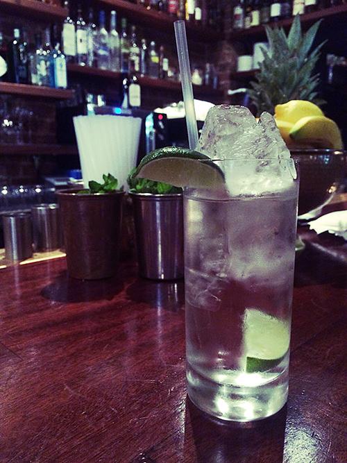 Jonatan Muñoz, barman en Hawksmoor Spitalfields, prepara para nosotros un 'Skinny Bitch'. ¡Salud!