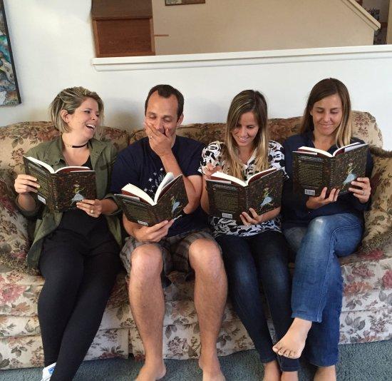 Los hermanos de Eliza leyendo su libro. ©Twitter