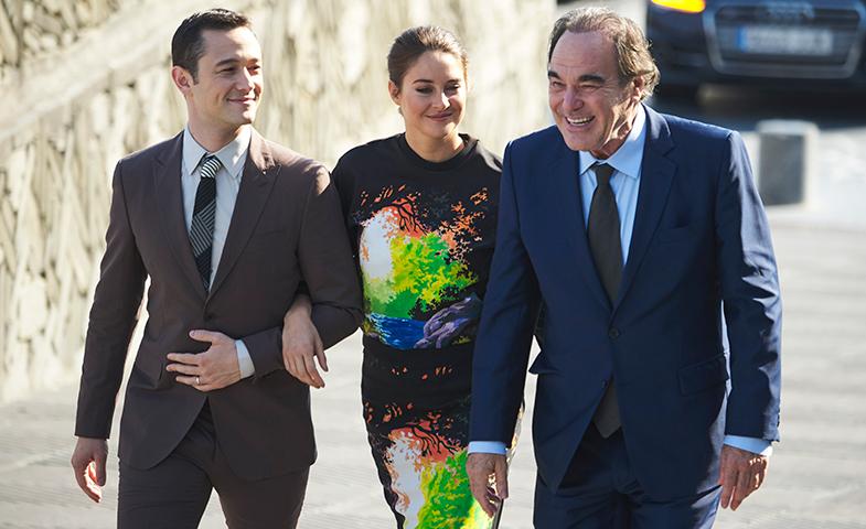 Los actores, junto a Oliver Stone, en San Sebastián. © Getty Images