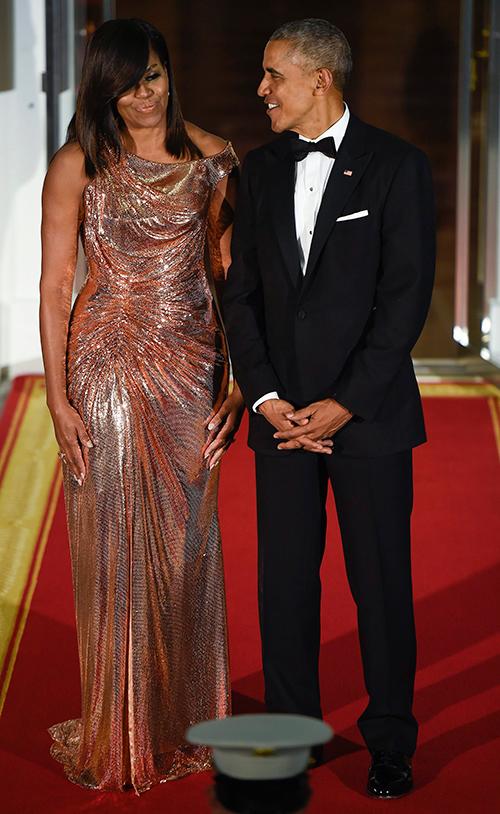 Michelle y Barack en la última cena de estado hace solo unas semanas. Ella deslumbró con este imponente vestido de Versace que dejó al mundo boquiabierto. © Cordon Press