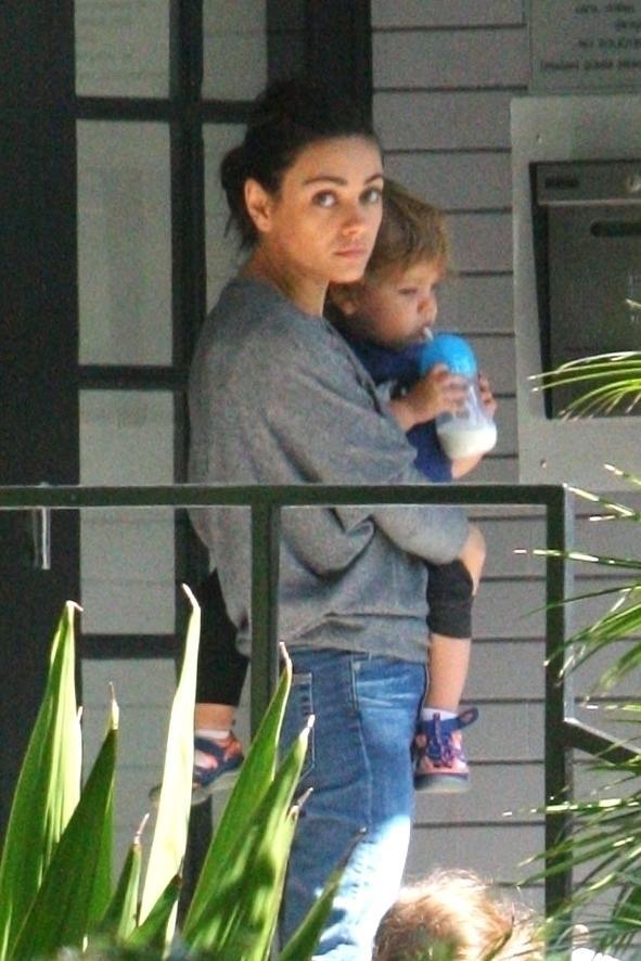 Mila Kunis con el pequeño Dimitri en brazos