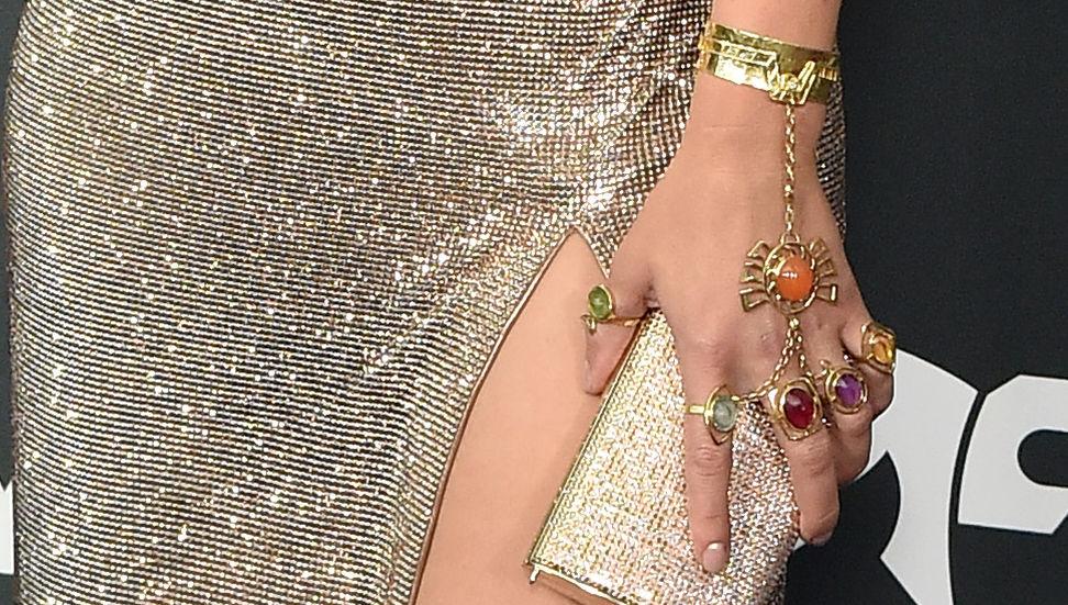 La joyería de Scarlet Johansson emula el guante de Thanos.