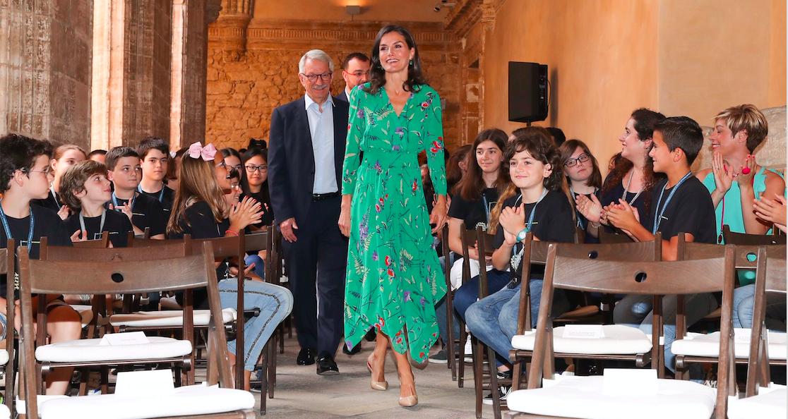 La reina Letizia sorprende con un vestido midi verde de Maje