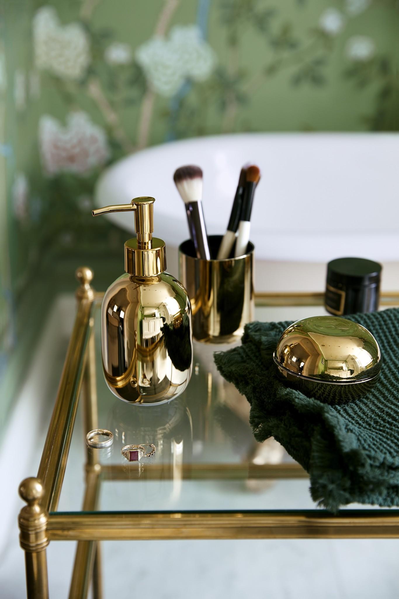 La modelo Poppy Delevigne protagoniza la nueva campaña de H&M Home en su casa de Londres