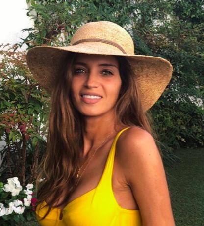 Sara Cabonero elige el color del verano con un bañador amarillo que la sienta genial