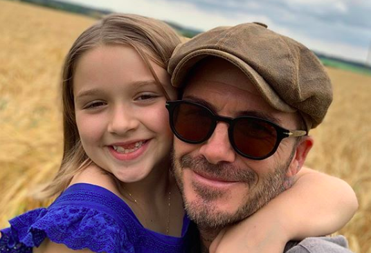 Harper Beckham con un vestido denim de Zara en sus vacaciones en Italia